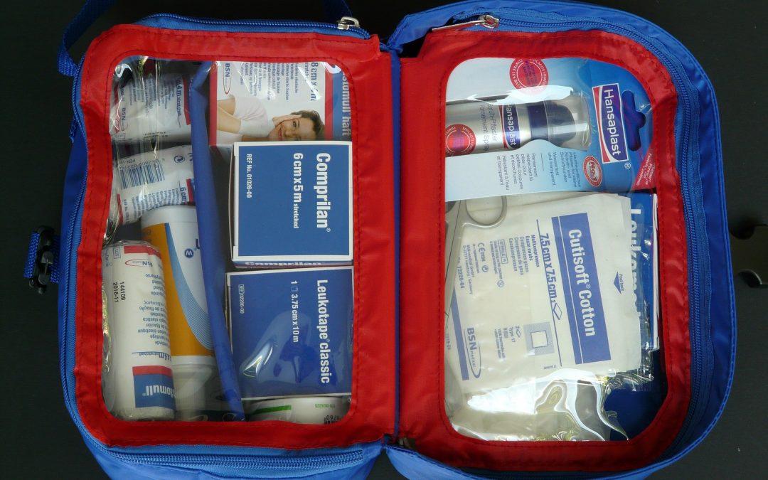 10 articles essentiels du kit d'urgence de la voiture pour les parents