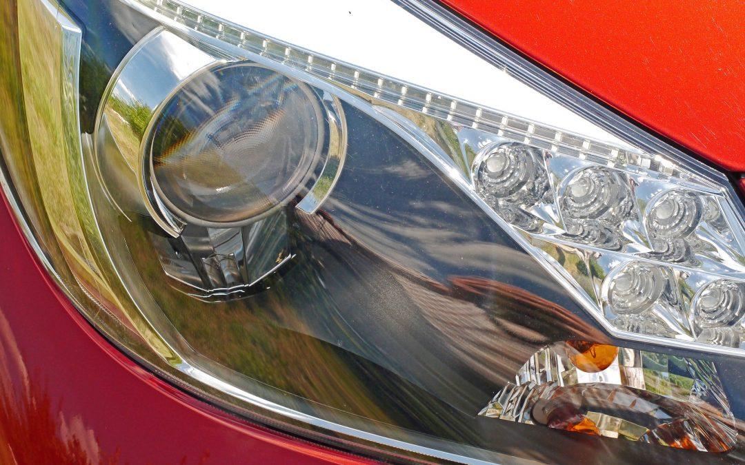 Combien coûte le remplacement d'une ampoule de phare et d'un feu de freinage sur une Mercedes 2010 ?