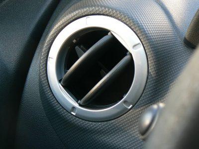 Pourquoi la climatisation de ma voiture souffle-t-elle de l'air chaud ?